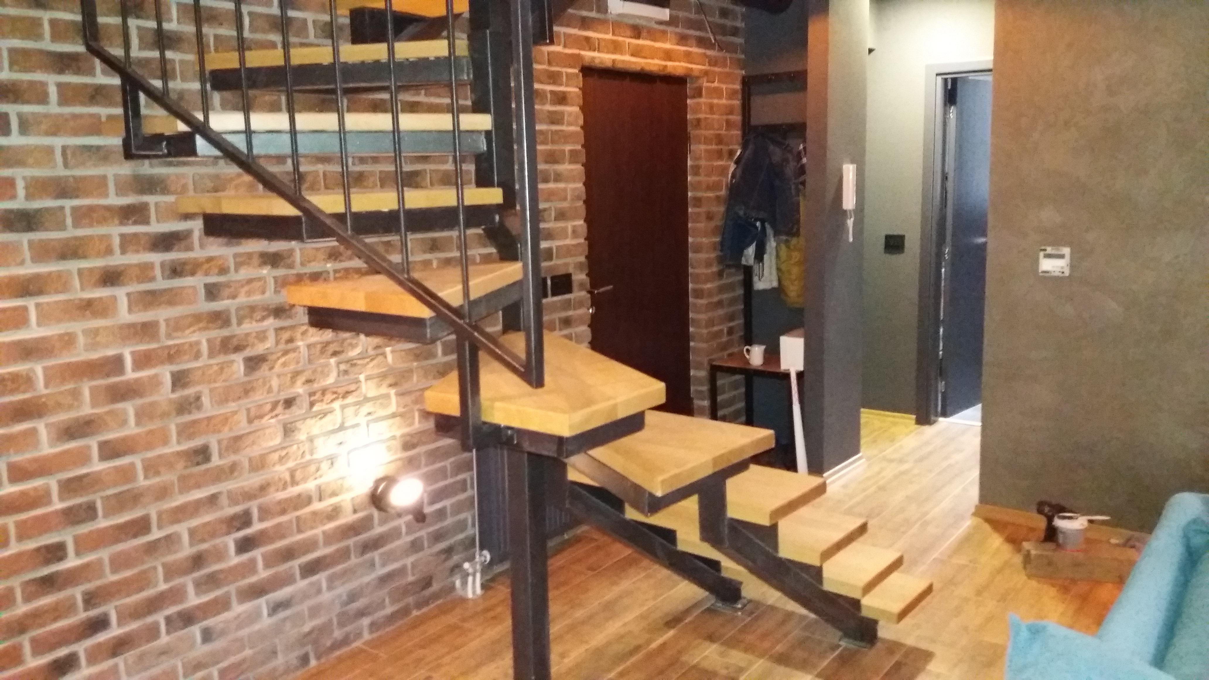 Metalne stepenice sa drvenim gazištima