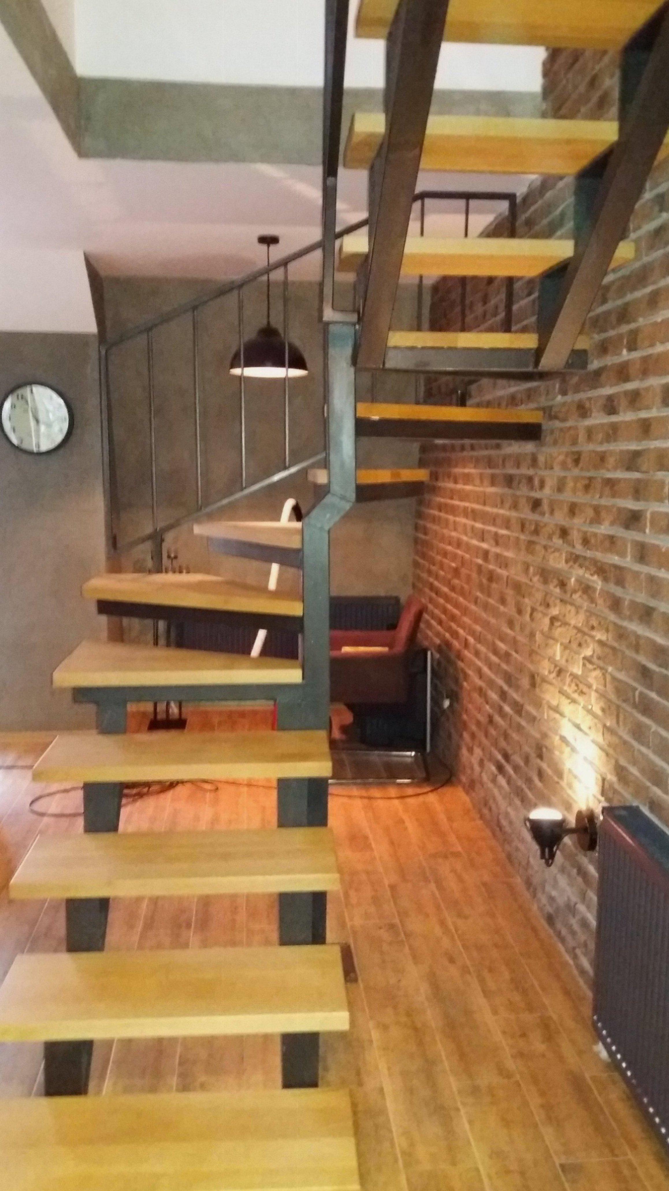 Čelične stepenice sa drvenim gazištima